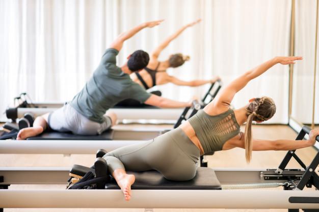 gruppo-di-persone-che-fanno-esercizio-di-sirena-pilates_126745-659